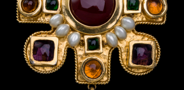 Chanel (1990), France: Cruciform brooch. Poured glass, simulated pearls, gold plated. Signed CHANEL MADE IN FRANCE. © Pablo Esteva